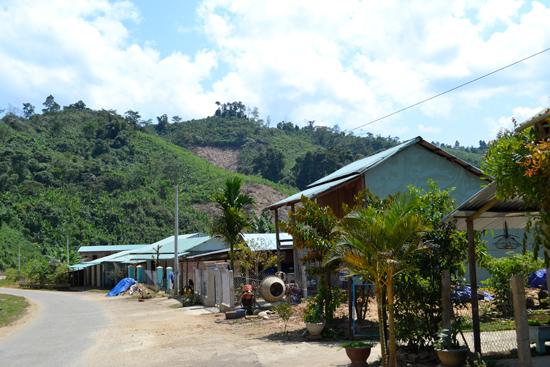 Nhiều nhà dân được dựng lên tại xã Trà Mai.
