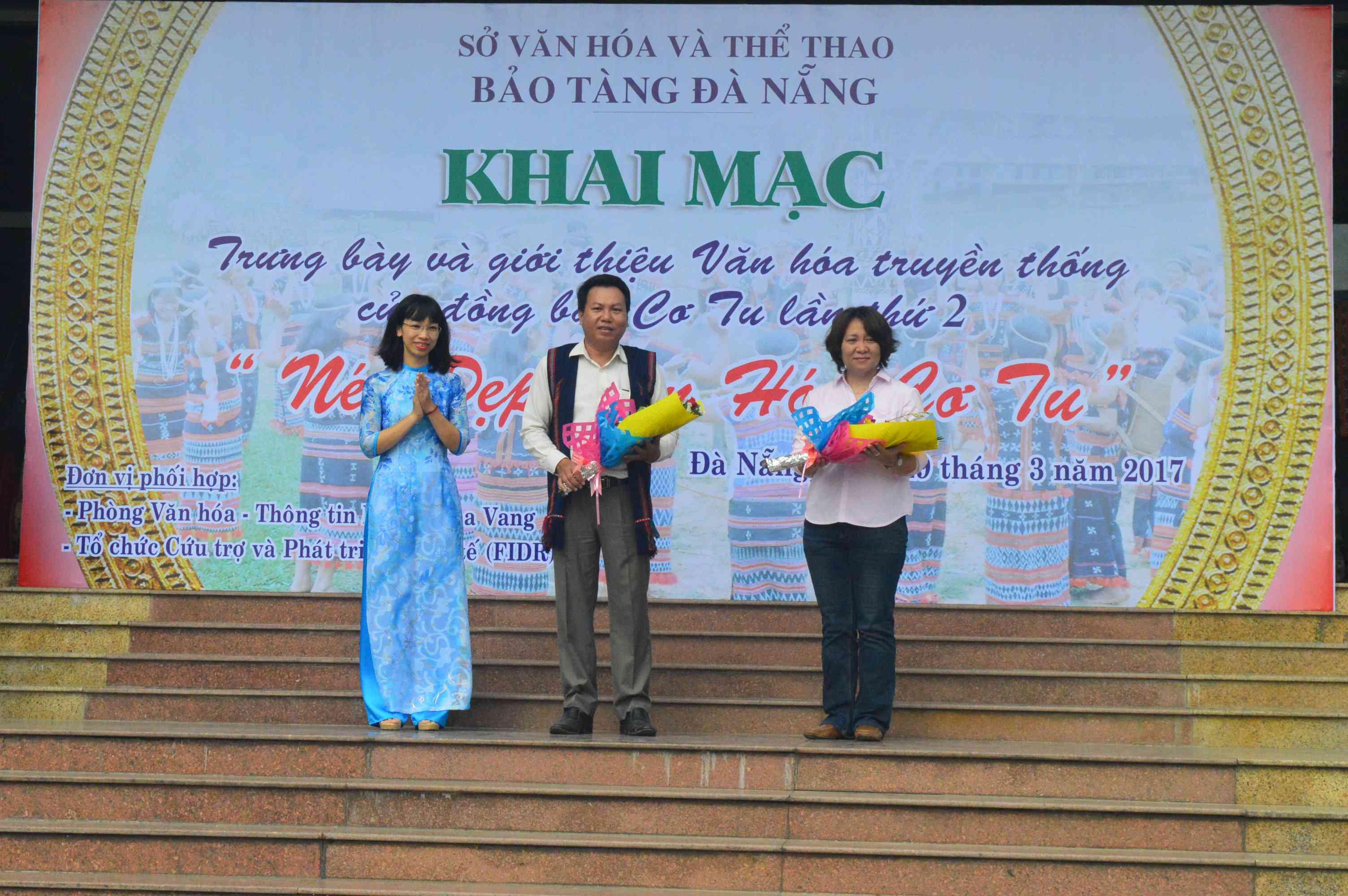 Đại diện Bảo tàng Đà Nẵng tặng hoa cho các đơn vị phối hợp tổ chức chương trình. Ảnh: Q.T