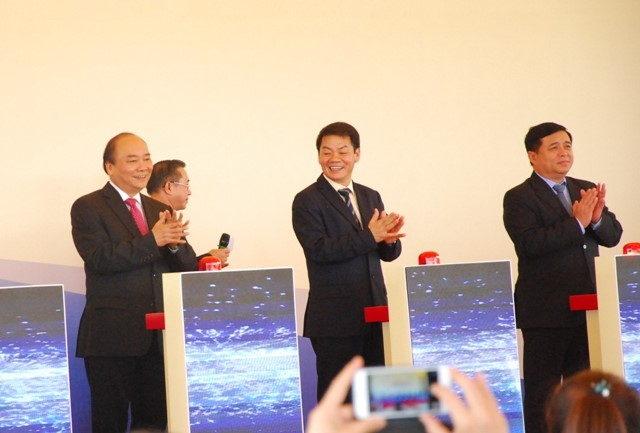 Prime Minister Nguyen Xuan Phuc, Central, local and THACO's leaders press start buttons of the project