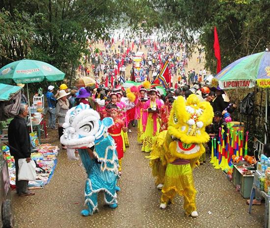 Nhân dân xã Duy Tân, Duy Xuyên, tổ chức lễ hội Bà Thu Bồn vào các ngày 8 - 9.3.2017 (nhằm ngày 11 và 12.2 năm Đinh Dậu). Ảnh: VĂN SỰ