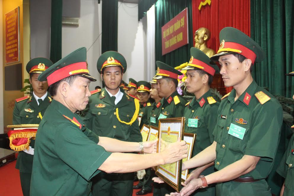 Trao thưởng cho các thí sinh đạt thành tích cao tại hội thi.
