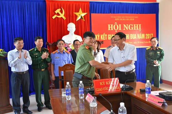 Khối Nội chính tỉnh ký kết giao ước thi đua năm 2017. Ảnh: X.M