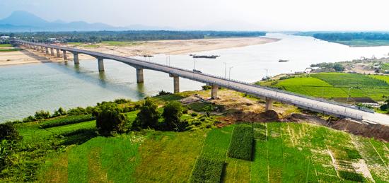 Tạo cơ sở hạ tầng tốt để thu hút đầu tư ngày càng nhiều hơn.  TRONG ẢNH: Cầu Giao Thủy. Ảnh: HUỲNH QUỐC HUY
