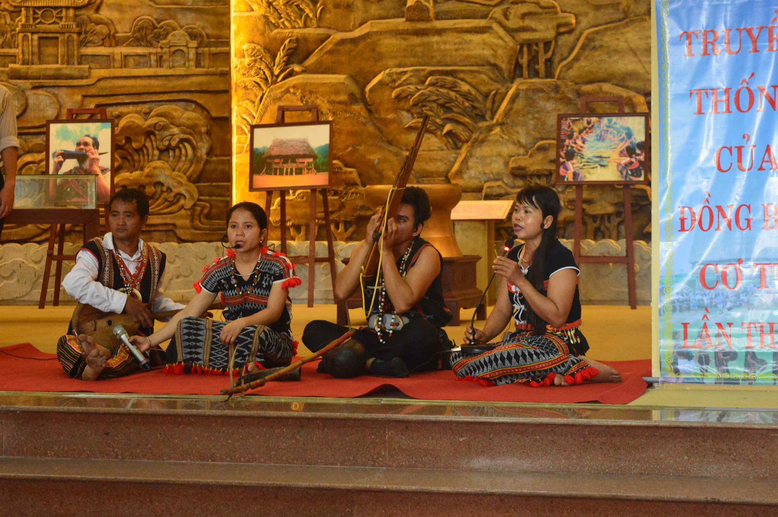 Đồng bào Cơ Tu ở Nam Giang biểu diễn nhạc cụ và hát lý tại lễ hội. Ảnh: Q.T