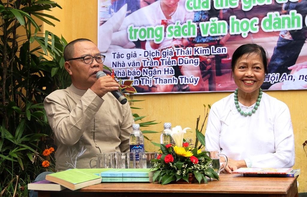 Nhà văn Trần Viết Dũng (cầm micro) và nhà văn - dịch giả Thái Kim Lan tại buổi nói chuyện. Ảnh: XUÂN THỌ