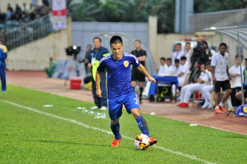 Hậu vệ Văn Học thi đấu đầy nỗ lực những không thể cùng đồng đội thoát khỏi trạn thua trên sân Hoàng Anh Gia Lai. Ảnh: T.VY