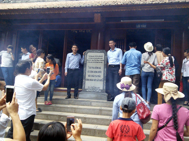 : Bia di tích nơi Bác Hồ dừng chân nói chuyện với Đại đoàn quân tiên phong ngày 19.9.1954 được nhiều người chọn để chụp ảnh lưu niệm.