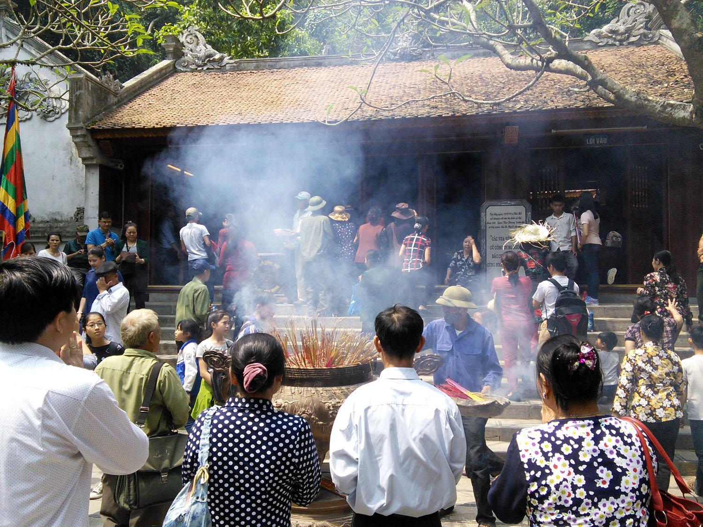 Con dân đất Việt từ muôn phương về dâng lễ các vua Hùng. Cả 4 ngôi đền Thượng, Trung Hạ và đền Giếng lúc nào cũng nghi ngút khói hương.