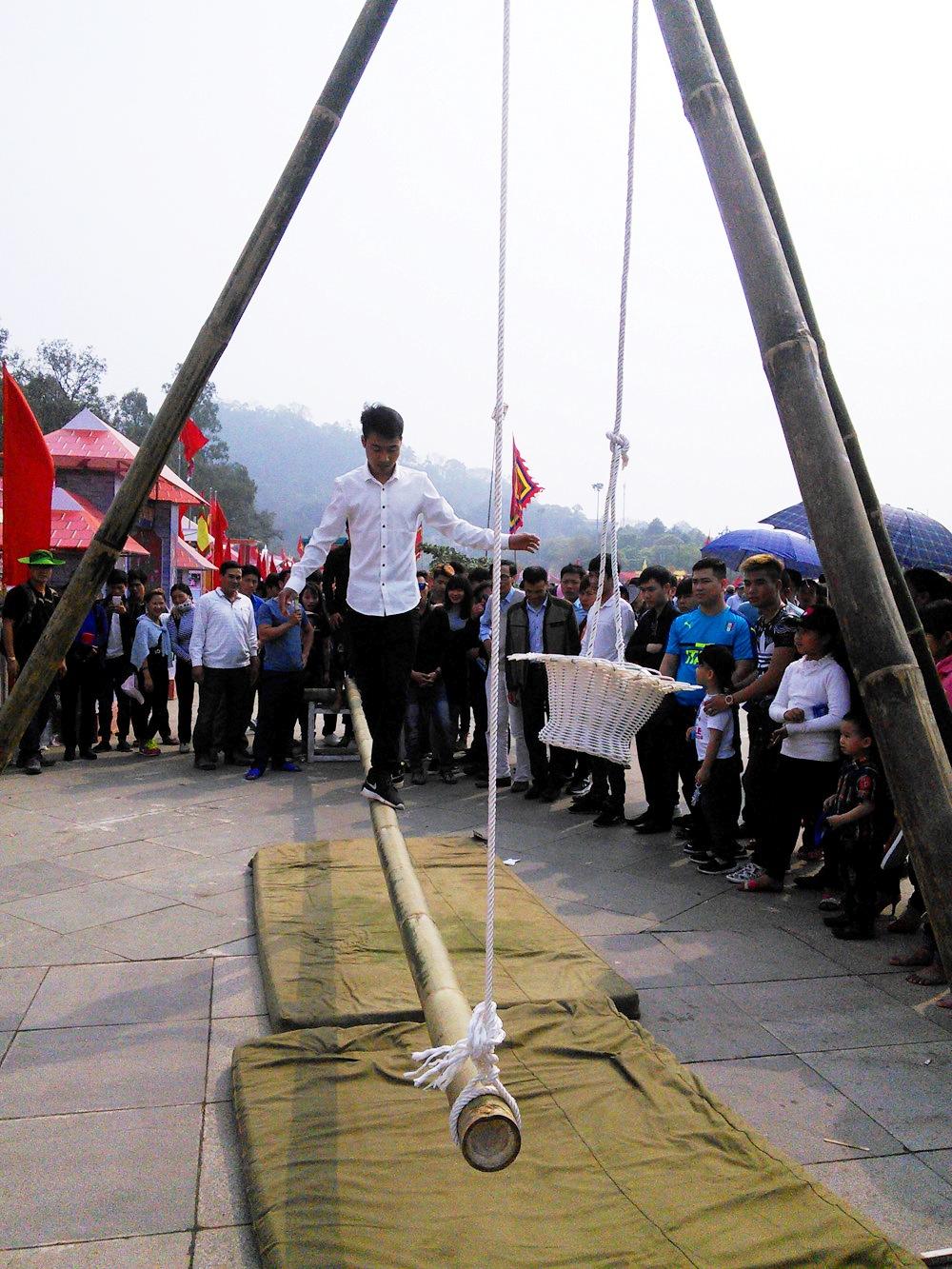 Đi cầu kiều, một trò chơi dân gian truyền thống thu hút nhiều người tham gia.