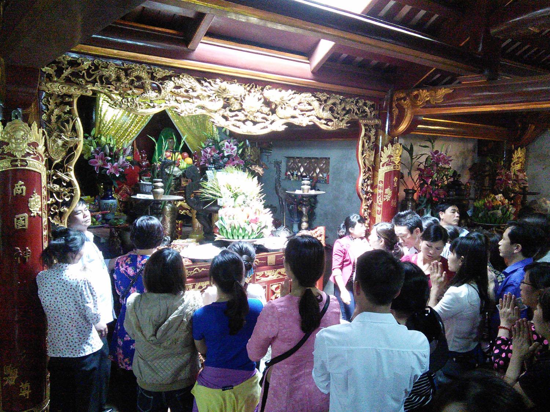 Con dân đất Việt từ muôn phương về dâng lễ các vua Hùng.