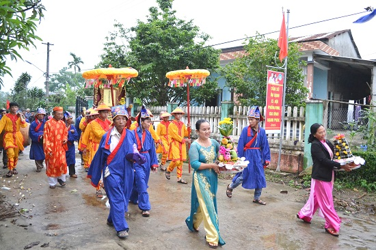 Các làng rước kiệu về trung tâm tổ chức lễ hội. Ảnh: CT