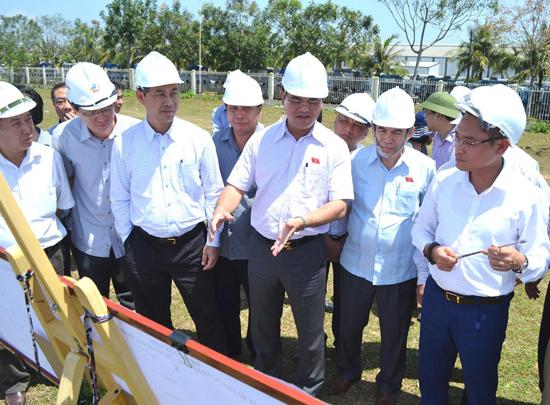 Đoàn giám sát của Ủy ban Tài chính - ngân sách của Quốc hội kiểm tra  trên QL1, đoạn qua Núi Thành. Ảnh: C.TÚ