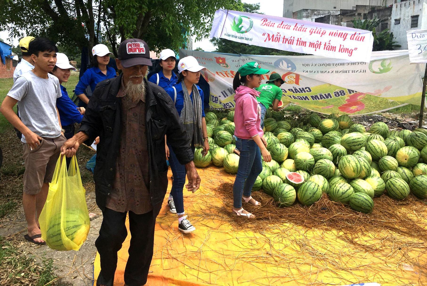 Đây là hành động hết sức ý nghĩa đối với nông dân Quảng Ngãi. Ảnh: PHAN VINH
