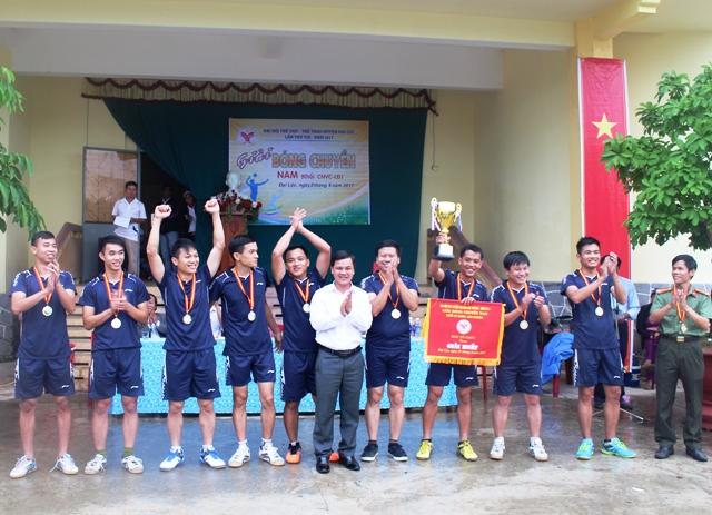 Ban tổ chức trao giải nhất và cúp vô địch cho đơn vị Công an huyện Đại Lộc. Ảnh: TR.NHAN