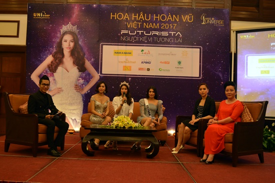 Hoa hậu Hoàn vũ Phạm Hương chia sẻ kinh nghiệm tại buổi giao lưu