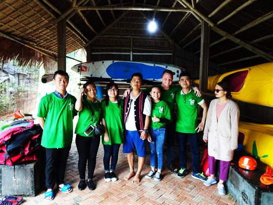 James Joseph Kendall cùng các thành viên trong câu lạc bộ Keep Hanoi Clean và sinh viên trường Đại học Duy Tân đến nhặc rác.