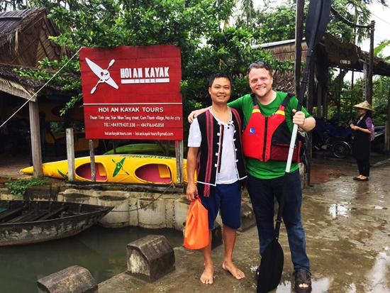 James Joseph Kendall và anh Nguyễn Văn Long, người sáng lập tour vớt rác.