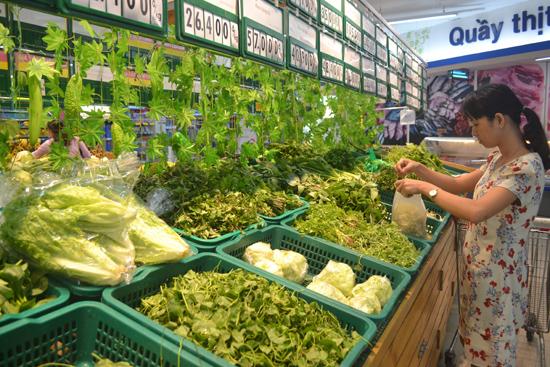 Rau sạch được canh tác ở Trường Xuân bán rất chạy ở siêu thị Co.opMart Tam Kỳ trong thời gian qua. Ảnh: N.Q.V