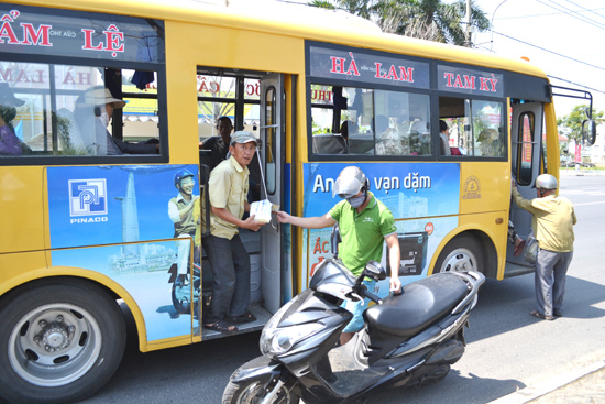 Xe buýt Tam Kỳ - Đà Nẵng phục vụ đông đảo nhân dân và cán bộ đi lại. Ảnh: C.T