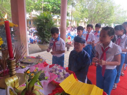 Dâng hương tưởng niệm vua Hùng và các bậc tiền nhân. ảnh: THHV