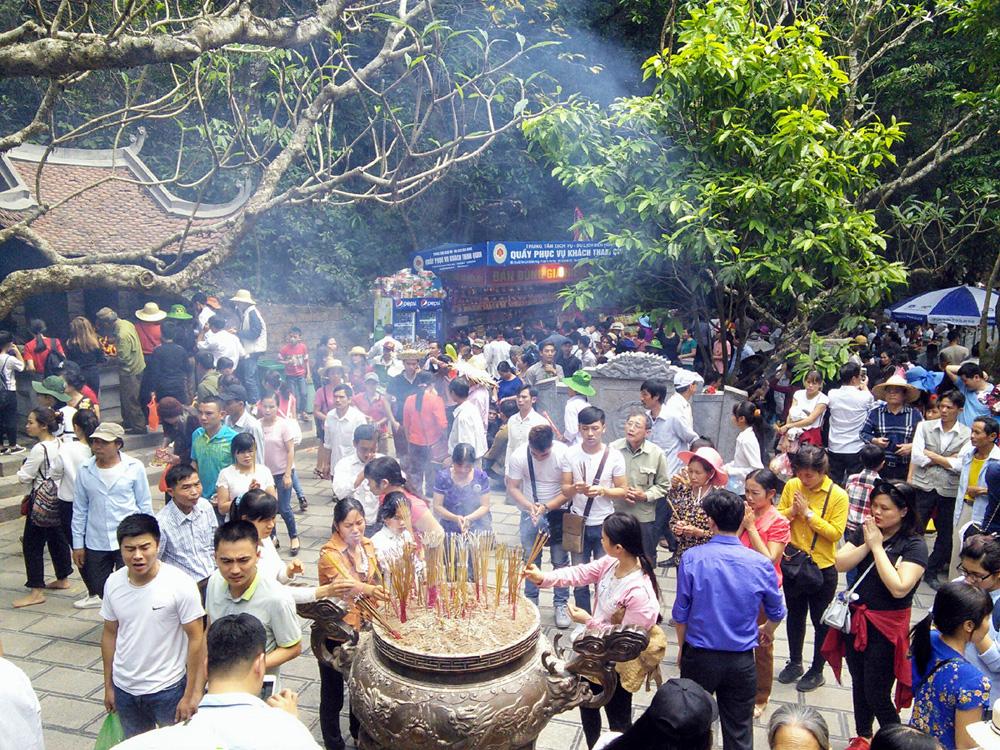 Người từ muôn phương về dâng hương tưởng niệm các Vua Hùng, kết nối tâm linh Việt. ảnh: P.C.A