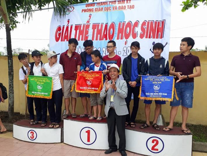 Trưởng phòng GD-ĐT Tam Kỳ trao giải cho các vận động viên đạt thành tích cao tại giải  thể thao học sinh năm học 2016-2017.