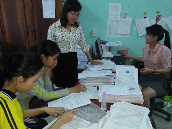 Học sinh nộp hồ sơ đăng ký dự thi tại  Trường THPT Huỳnh Thúc Kháng. Ảnh: DIỆU CHÂU