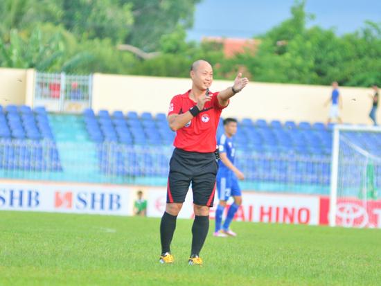 Trọng tài chính Hoàng Anh Tuấn công nhận bàn thắng gây tranh cãi trong trận Quảng Nam thua 0-1 trên sân Hoàng Anh Gia Lai.Ảnh: AN NHI