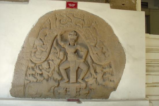 Phù điêu thần Krishna - Govardhana Khương Mỹ).