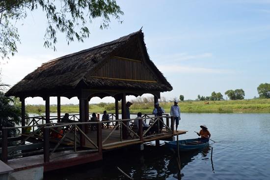 Làng du lịch cộng đồng Triêm Tây với phong cảnh làng quê đã trở thành điểm du lịch thu hút khách trong 2 năm gần đây