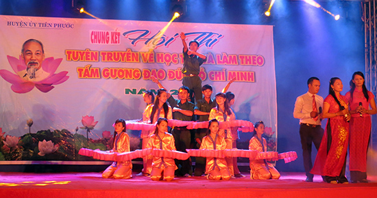 Tuyên truyền việc học tập và làm theo gương Bác Hồ được tổ chức dưới hình thức sân khấu hóa ở Tiên Phước. Ảnh: HÀN GIANG