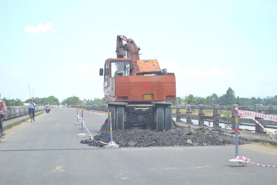 Nhà thầu thực hiện sửa chữa mặt cầu vào tháng 5.2015. Ảnh: S.C