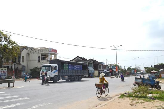 Do không có đèn tín hiệu, lưu thông tại nút giao QL1 với ngã tư Kỳ Lý, huyện Phú Ninh rất lộn xộn.    Ảnh: C.TÚ