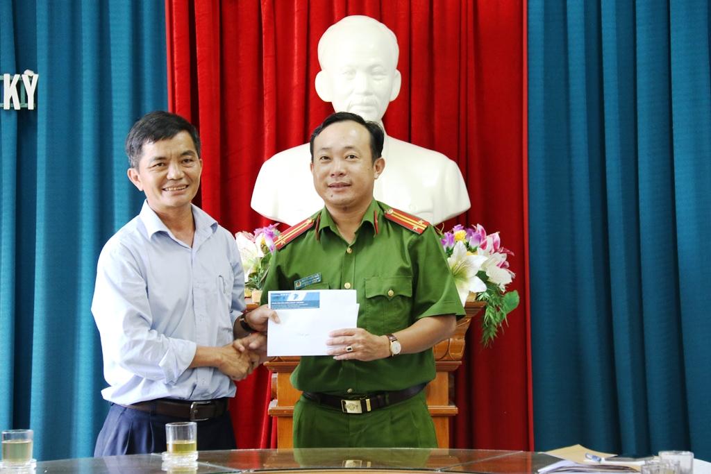 Đại diện Trung tâm Viễn thông Tam Kỳ - Phú Ninh trao tặng tiền thưởng cho Công an TP.Tam Kỳ. Ảnh: T.C