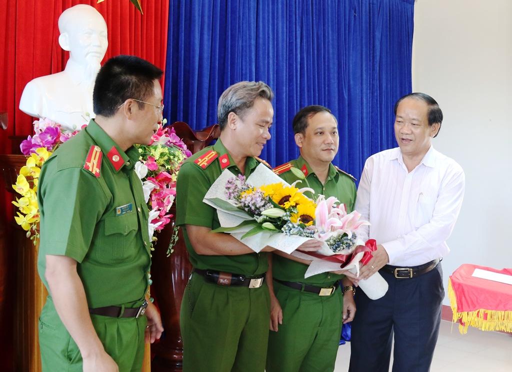 Chủ tịch UBND tỉnh Đinh Văn Thu trao tặng hoa chúc mừng ban chuyên án. Ảnh: T.C