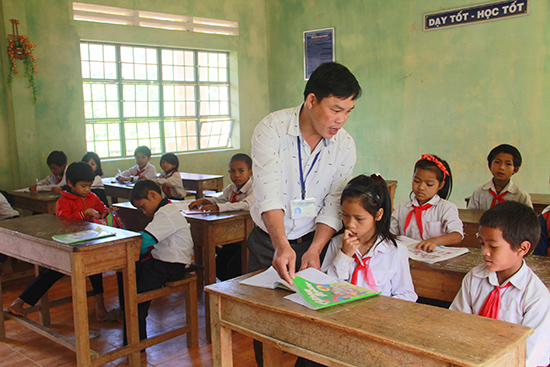 Thầy Lê Đình Thường giảng bài cho học sinh.