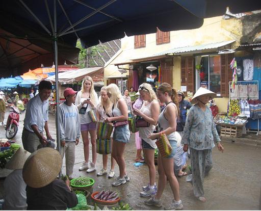 Tới đây, một số khu vực chợ Hội An cũng dành cho người đi bộ và xe thô sơ.
