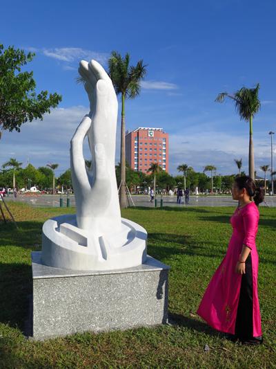 Tác phẩm điêu khắc trưng bày trong không gian vườn tượng tại Quảng trường 24.3 Tam Kỳ.Ảnh: LÊ QUÂN