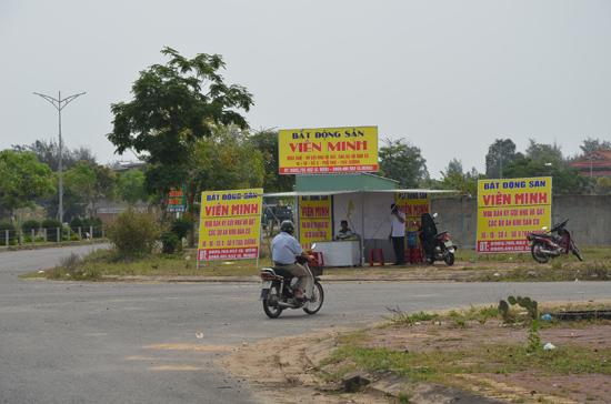 Một văn phòng bất động sản di dộng ở địa bàn phường Điện Ngọc.Ảnh: HỮU PHÚC