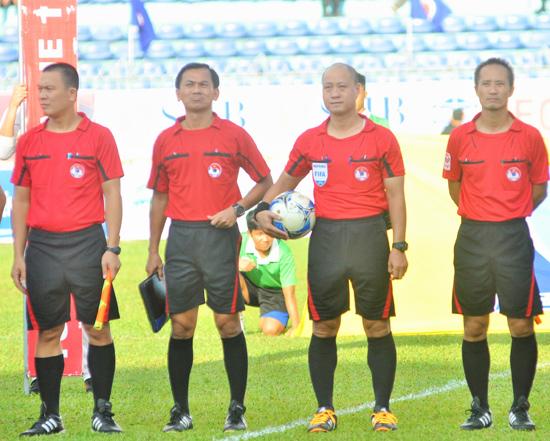 Trọng tài Trần Xuân Nguyện (thứ 2 bên trái) đã bị kỷ luật do sai sót nghiêm trọng trong điều hành trận đấu giữa Hoàng Anh Gia lai và FLC Thanh Hóa.