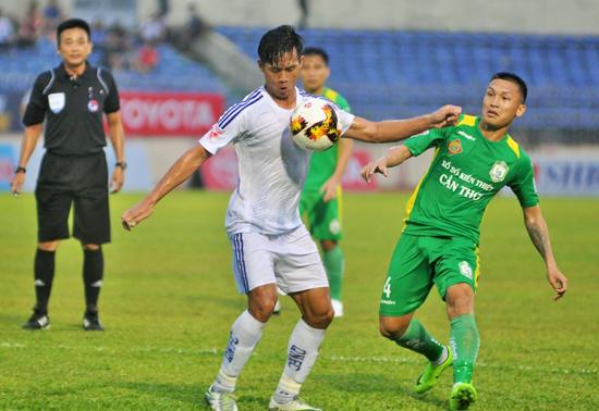 Tiền đạo Hà Minh Tuấn (bên trái) là cầu thủ dự bị chất lượng nhất của Quảng Nam.Ảnh: A.SẮC