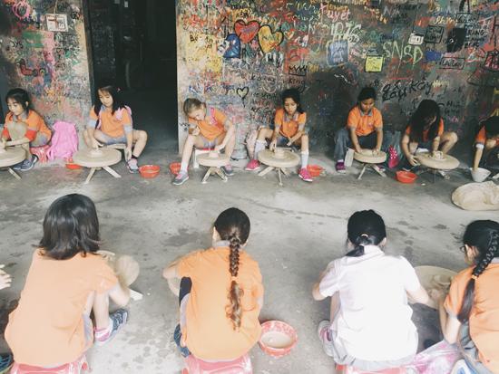 Học sinh tập làm gốm tại làng gốm Bát Tràng. Ảnh: H.N.T
