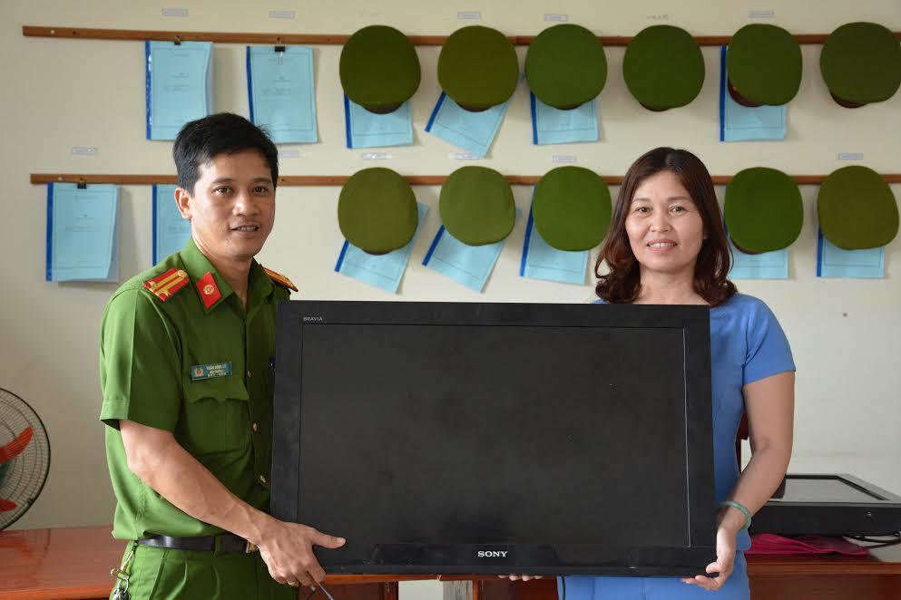 Công an TX Điện Bàn trao trả tài sản cho đại diện trường mẫu giáo Điện Nam Bắc