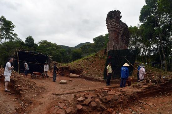 Sau khi được khai quật tường bao tháp H đã được phát lô rõ nét