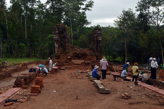 Nhóm tháp K, nơi phát hiện 2 tượng sư tư đang được công nhân khai quật trùng tu