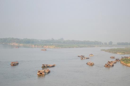 Ghe chở cát tập trung rất đông tại khu vực thượng lưu cầu Giao Thủy. Ảnh: CT