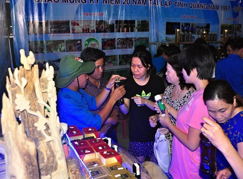 Thanh niên huyện Tiên Phước giới thiệu các sản phẩm đặc trưng từ những mô hình sản xuất kinh doanh của đoàn viên, thanh niên tại sự kiện 20 năm tái lập tỉnh. Ảnh: VINH ANH