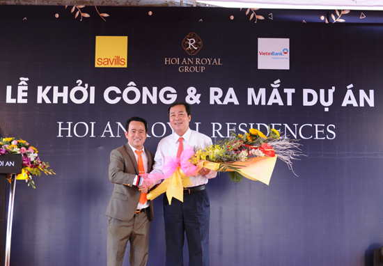 Thay mặt lãnh đạo tỉnh, Phó chủ tịch thường trực UBND tỉnh Huỳnh Khánh Toàn nhận hoa của chủ đầu tư dự án Hội An Royal Residences cảm ơn tỉnh Quảng nam đã tạo cơ chế thông thoáng cho nhà đầu tư có cơ hội đầu tại đây. Ảnh: MINH HẢI