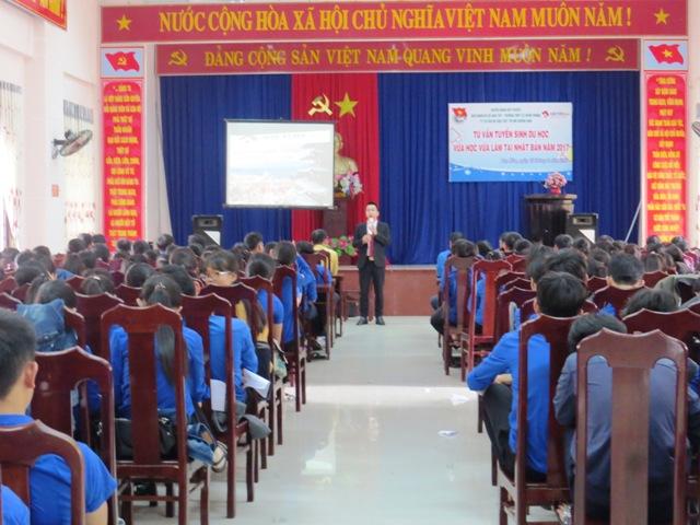 Tư vấn tuyển sinh du học cho học sinh huyện Duy Xuyên. Ảnh: HOÀNG LIÊN