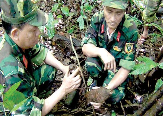 Lực lượng chức năng phát hiện nhiều vũ khí, vật liệu nổ, công cụ hỗ trợ còn tồn đọng sau chiến tranh tại núi Thùng Phi.